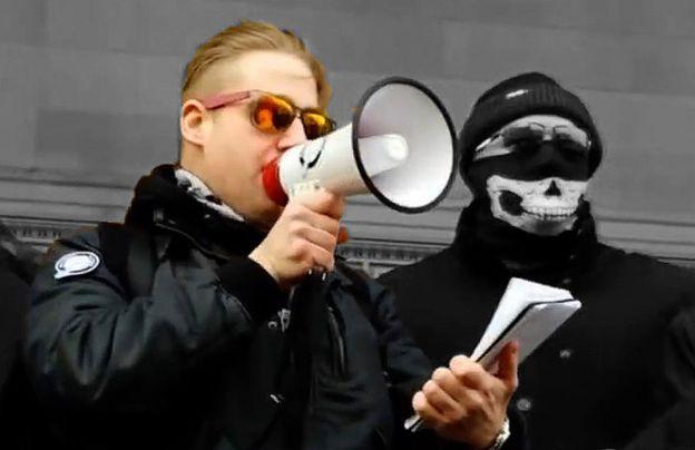 Ben Raymond discursa em uma manifestação em Liverpool