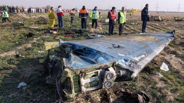 Forenses investigan restos del Boeing derribado por Irán.