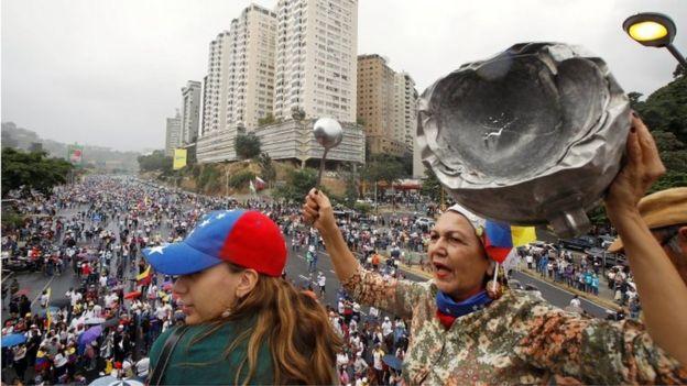 Pessoas se manifestam em Caracas contra Maduro