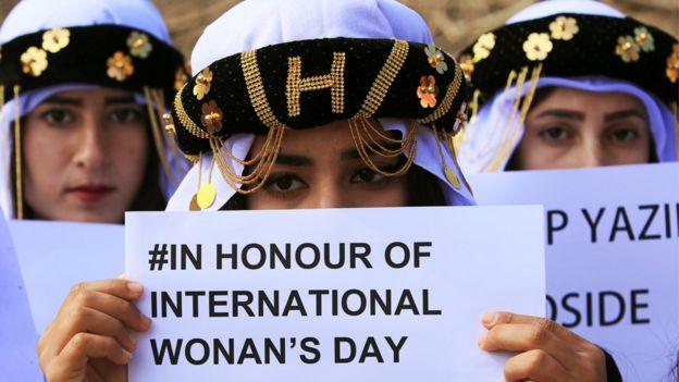 فتيات إيزيديات يحتفلن باليوم العالمي للمرأة