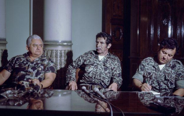 Эфраин Риос Монтт (в центре) заявляет о перевороте в 1982 году