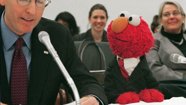 Elmo compareciendo ante el Congreso de EE.UU. en 2002