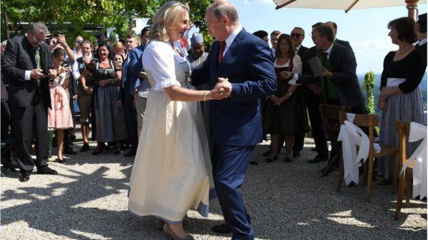 الرئيس الروسي فلاديمير بوتين مع وزيرة الخارجية النمساوية كارين كنايسل