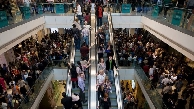 Centro comercial abarrotado de gente en Londres.