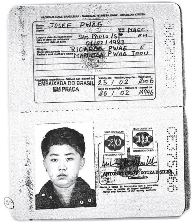 Una fotocopia de un pasaporte presuntamente usado por Kim Jong-un en su juventud