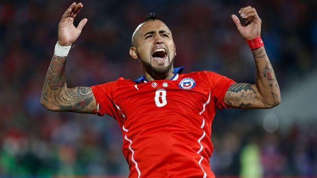 Arturo Vidal celebra la victoria contra Argentina en 2015.