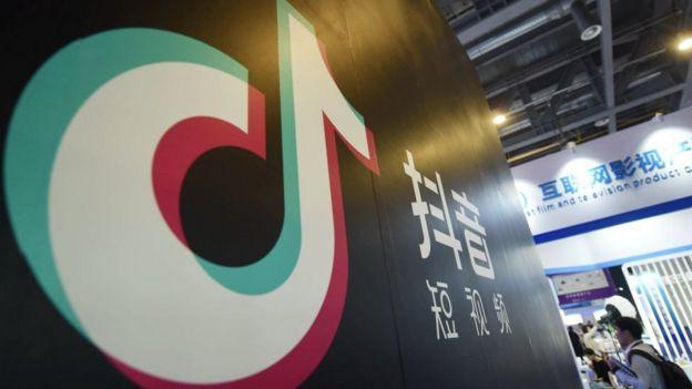 Logo de TikTok en una pared.