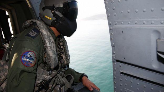 台灣軍方派出了大批的飛機和船艦展開搜救行動。