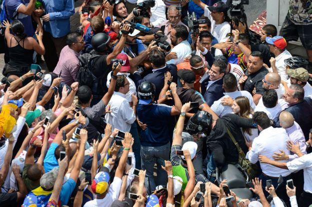 mulititud recibe a Guaidó.