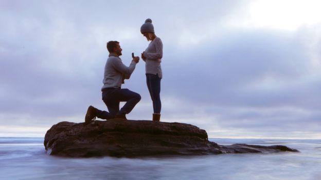 Hombre proponiendo matrimonio.