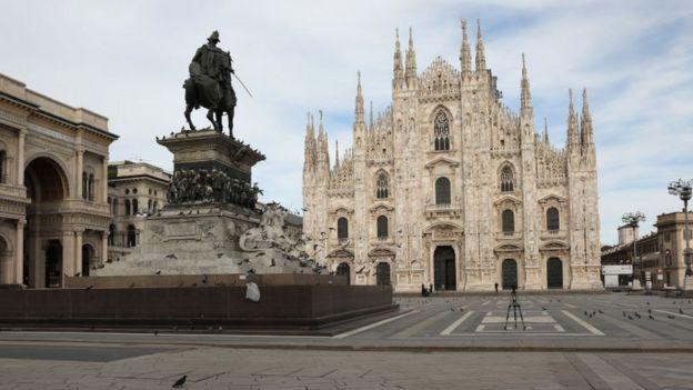 Plaza del Duomo de Milán vacía.