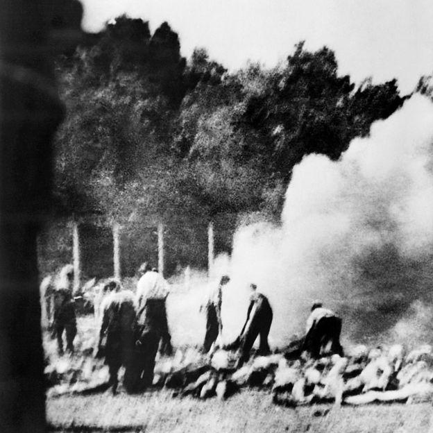Fotografia sem data tirada secretamente pela Organização de Resistência clandestina no campo de Auschwitz-Birkenau, mostrando como os prisioneiros foram forçados a incinerar os cadáveres do lado de fora quando os crematórios estavam lotados