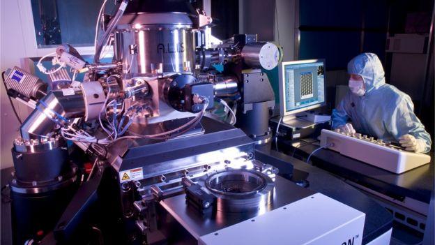 En laboratorios científicos el helio es usado en los microscopios.