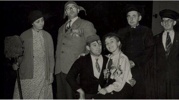 Charles Williams (yn eistedd) a'i gyd actorion yn codi gwên yn y gyfres 'Camgymeriadau' yn 1952