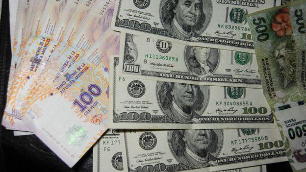Dólares y pesos argentinos