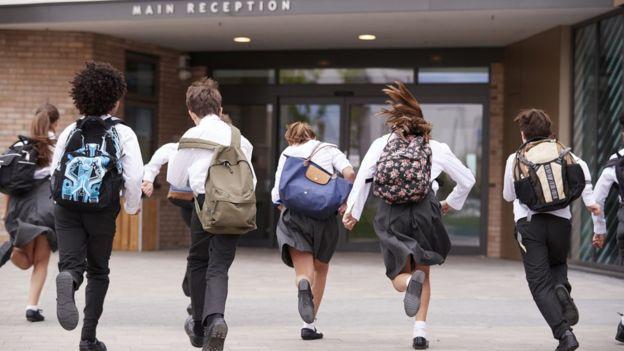 Escolares corriendo a la escuela