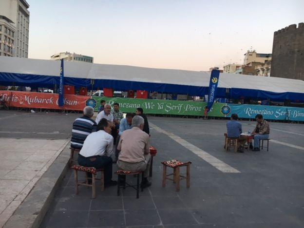Ethem ve arkadaşları iftar saatini beklerken