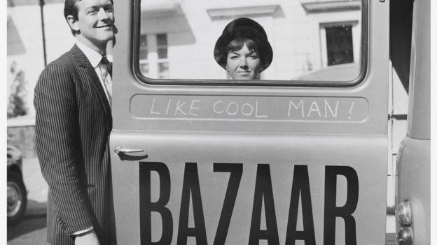 Мэри Куант с мужем у рекламы магазина Bazaar