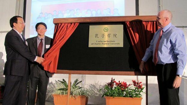 澳大利亞查爾斯·達爾文大學、中國安徽師範大學和海南大學合作舉辦孔子學院。圖為2012年中澳三校校長揭牌儀式。