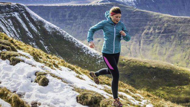 Dağlarda koşan bir kadın