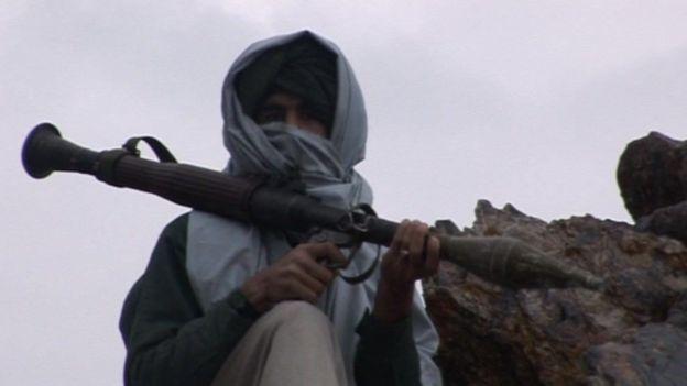 Un combatiente talibán con un lanzacohetes en 2001
