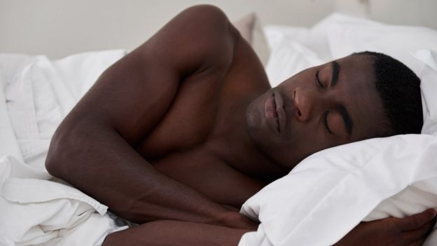 94cc368b8dd83b Quatro benefícios para a saúde de se dormir nu - BBC News Brasil