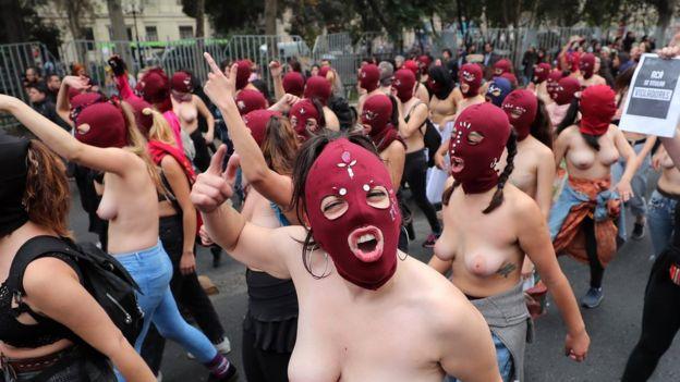Manifestantes con los pechos descubiertos en Chile.