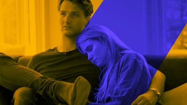 Belle dormida en brazos de su novio.