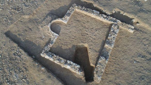 ভবন নির্মাণের সময় এই মসজিদের সন্ধান পাওয়া যায়।
