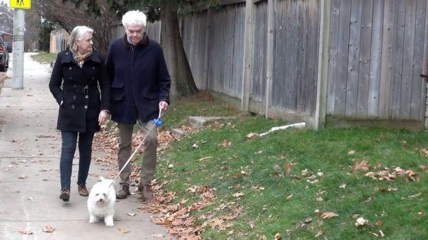 Frank Plummer, su esposa y su perro