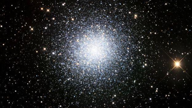 Conjunto de estrellas conocido como cúmulo globular M13