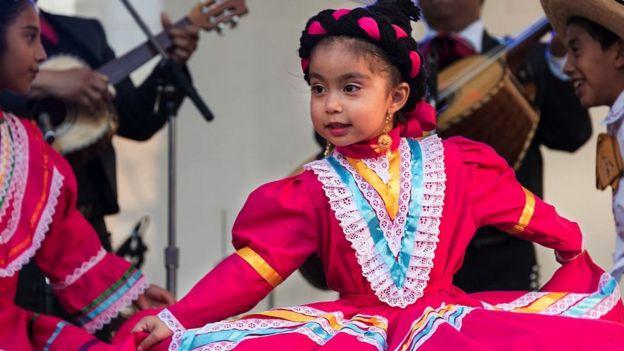 Niña mexicana bailando