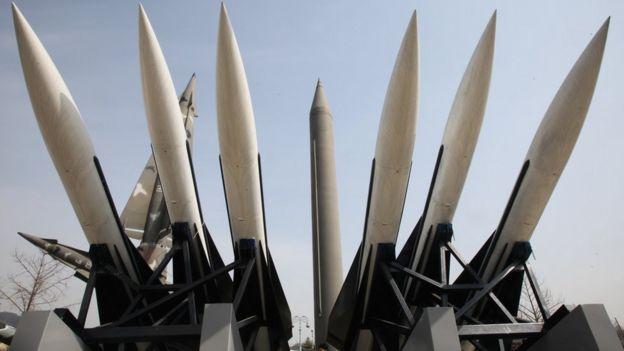 Modelos de un misil de Corea del Norte Scud-B (centro) y otros misiles surcoreanos se exhiben en el Museo del Memorial de Guerra de Corea en Seúl, Corea del Sur.