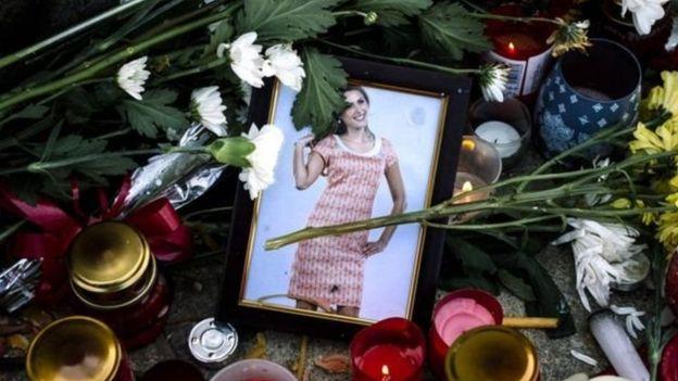 ورد وشموع لتأبين فيكتوريا مارينوفا في مدنية روسي