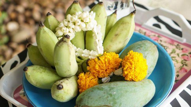 Una ofrenda con mangos