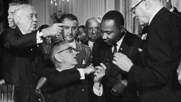 عکس سیاه و سفید مارتین لوتر کینگ جونیور و لیندون جانسون در کاخ سفید