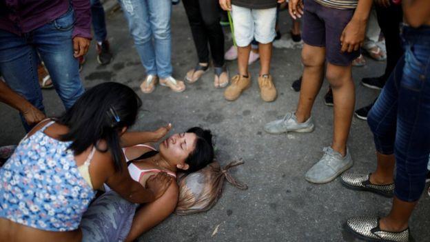 Mulher desmaiada na porta da cadeia de Valencia