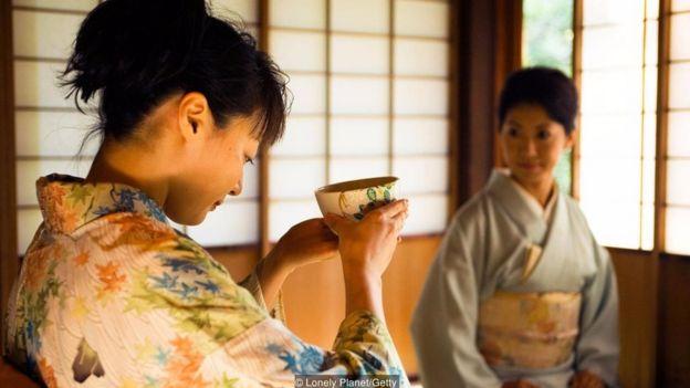 Trong nghi thức uống trà, người ta chậm rãi quan sát thiết kế của chén trà.