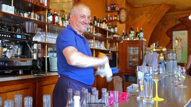 Chủ quán 'Le Bistrot du Peintre' Hervé Bonal trước đây đã gặp vợ mình khi bà vào nhà hàng của ông để ăn tối.