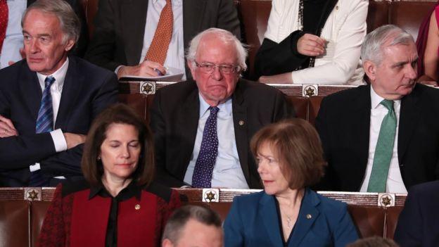 Bernie Sanders reacciona al discurso de Trump.