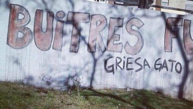 Un grafiti que llama gato al juez de Nueva York Thomas Griesa, quien llevó adelante el juicio entre holdouts y Argentina