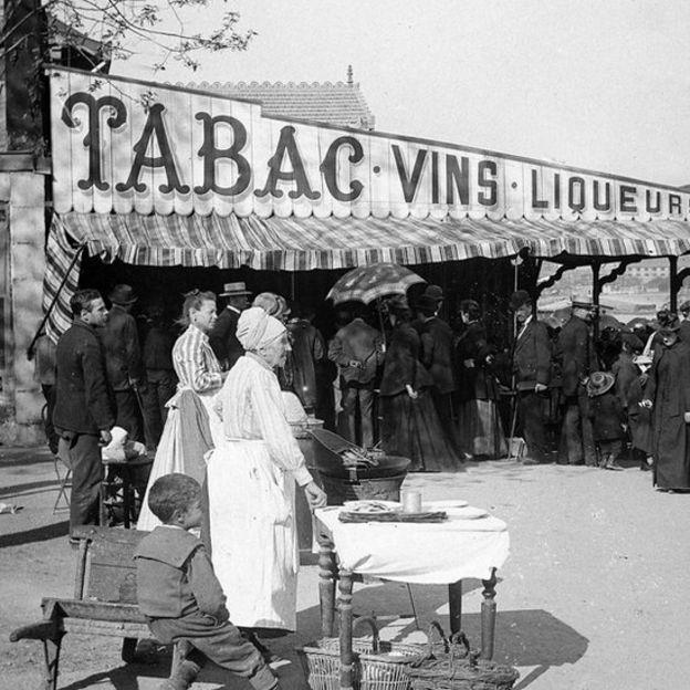 Vendedores ambulantes antiguos de papas fritas en París.