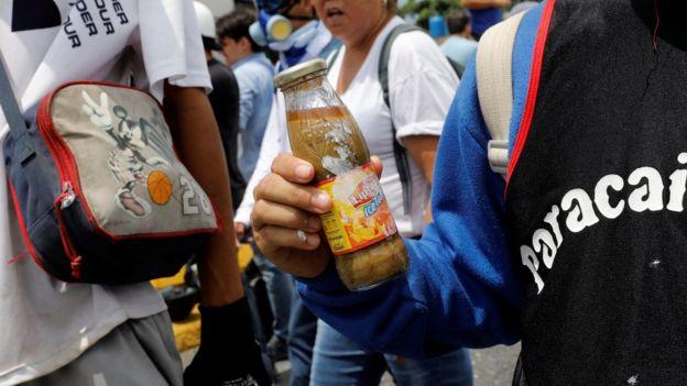 Manifestante segura coquetéis 'cocôtov'