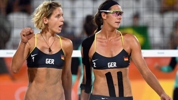 Playa De Que Foto Convirtió La Dos Jugadoras En Se Una Voleibol 5ZxXqfwnf