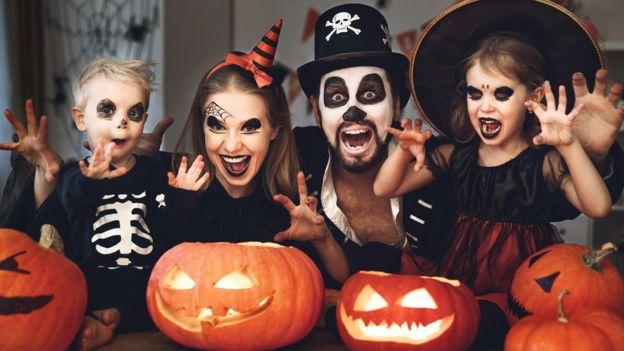 Família fantasiada para o Halloween, ou Dia das Bruxas