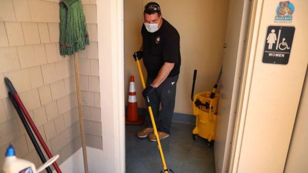 Hombre limpiando baño