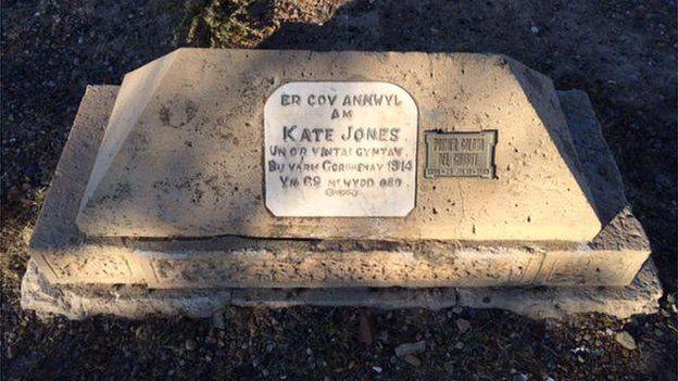 Bedd Kate Jones: Prif gymeriad y sioe