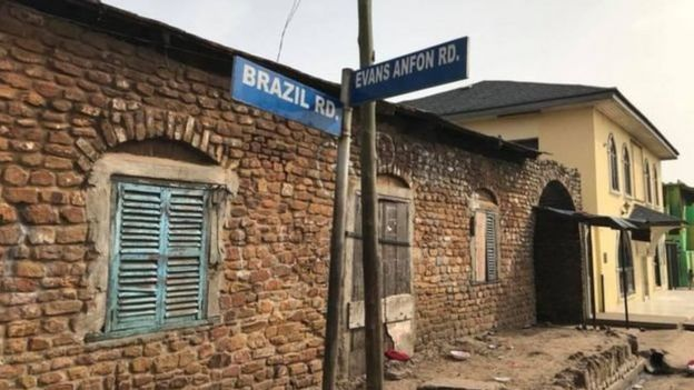 Rua Brasil, em Acra, capital de Gana. A Rua fica no bairro do Tabons, comunidade de descendentes de escravos do Brasil que retornaram para a África