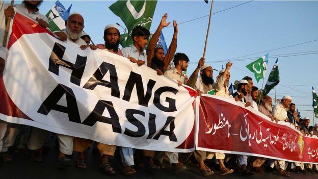 Paquistaneses protestando contra a absolvição de Asia Bibi