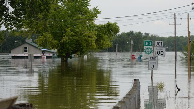 Aumento del nivel del agua en Grafton, Illinois, con una casa parcialmente sumergida